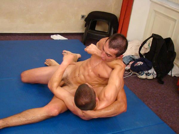 lutteurs-nus-coince