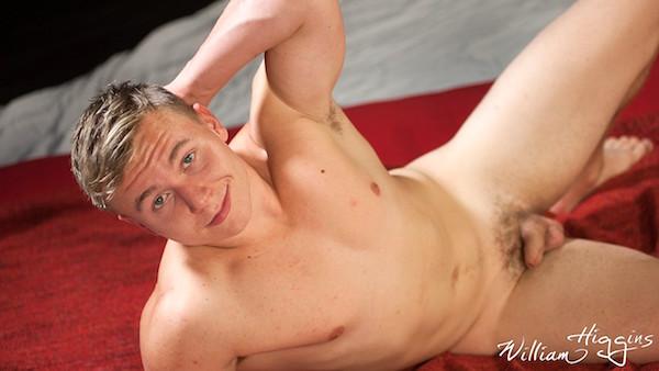 jeune homme musclé naturiste