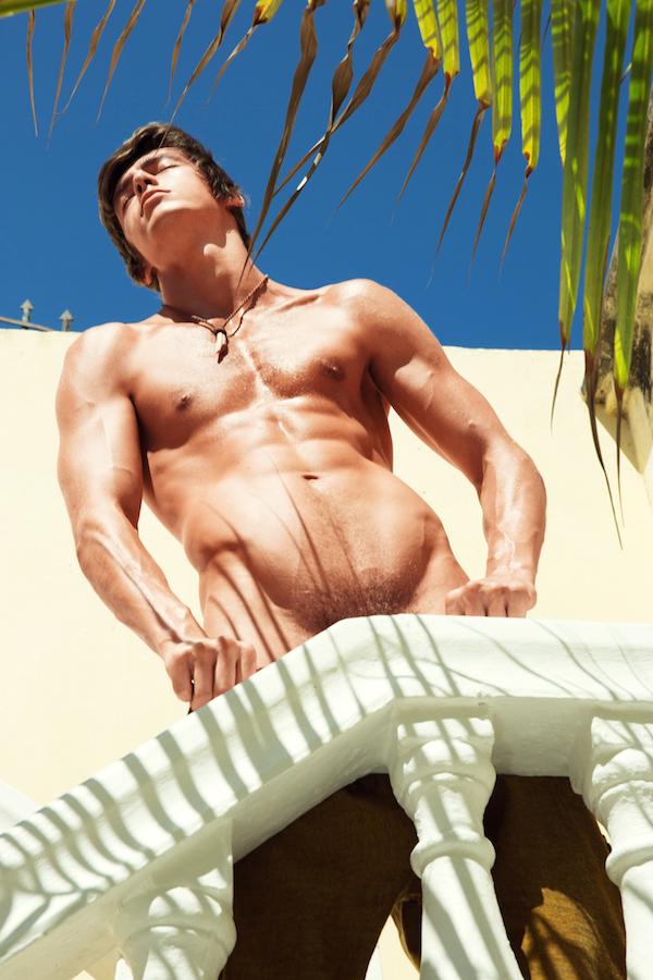 bronzette gay naturiste d'un éphèbe