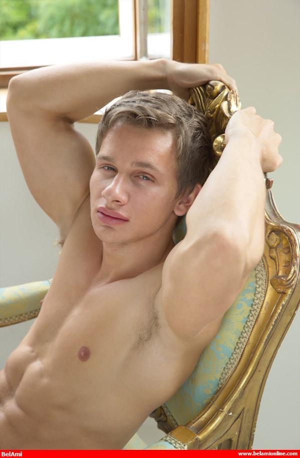 aisselle naturiste gay blond musclé