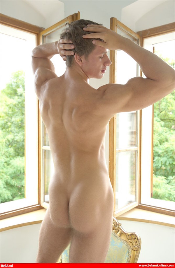 fesses musclées naturiste gay nu