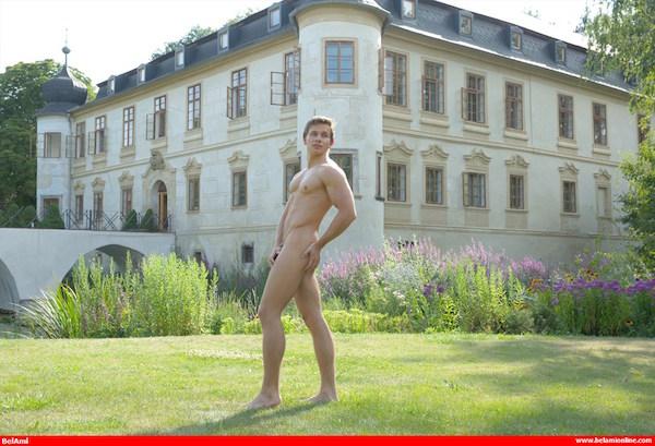 naturiste gay nu devant un chateau