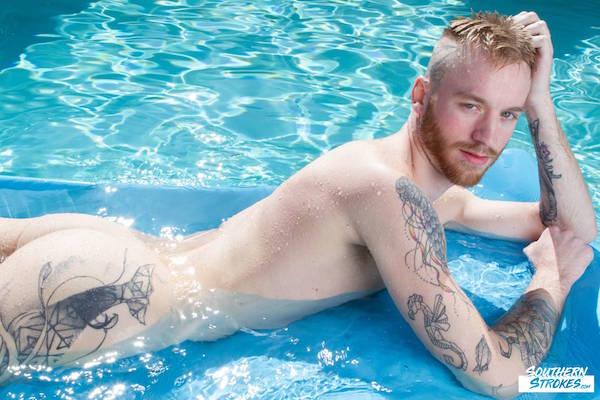 naturiste gay à la piscine