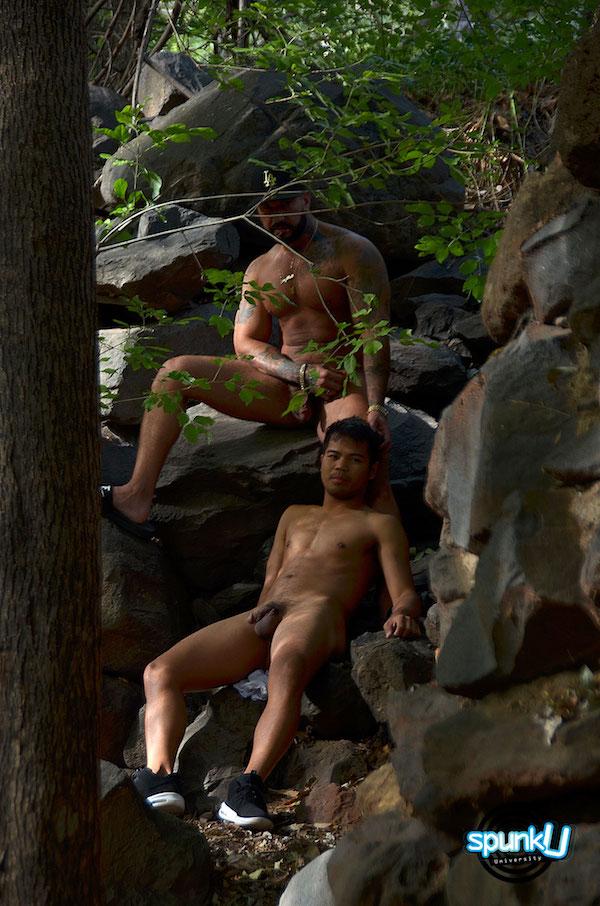 couple naturiste nu dans les rochers